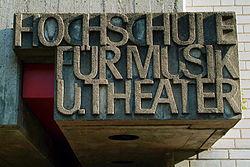 250px-Hochschule_für_Musik_und_Theater_Hannover_Schriftzug_aus_Betonguß_über_dem_Eingang